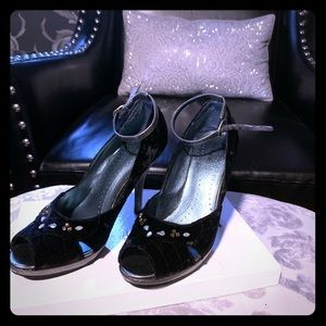black and silver with jewel detail pumps💕